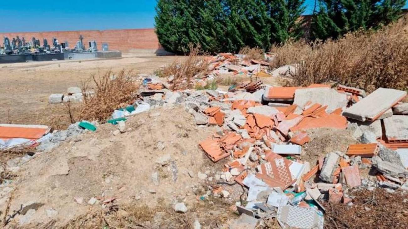 Esquelas.es | EL PP denuncia la acumulación de escombros en el cementerio de Peñaranda de Bracamonte